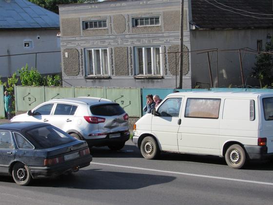 У Ракошині сталася ДТП - зіткнувся мікроавтобус із позашляховиком: фото, фото-1