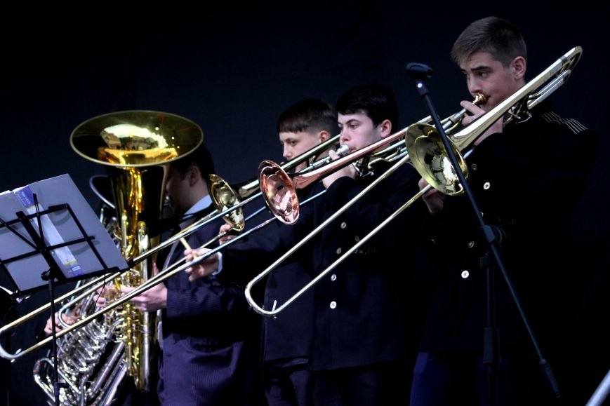 Ужгород пам'ятає: на Театральній площі пройшов меморіальний концерт з нагоди Дня примирення (ФОТОРЕПОРТАЖ), фото-1
