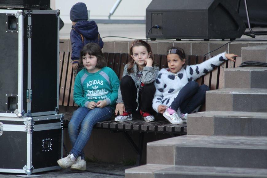 Ужгород пам'ятає: на Театральній площі пройшов меморіальний концерт з нагоди Дня примирення (ФОТОРЕПОРТАЖ), фото-8