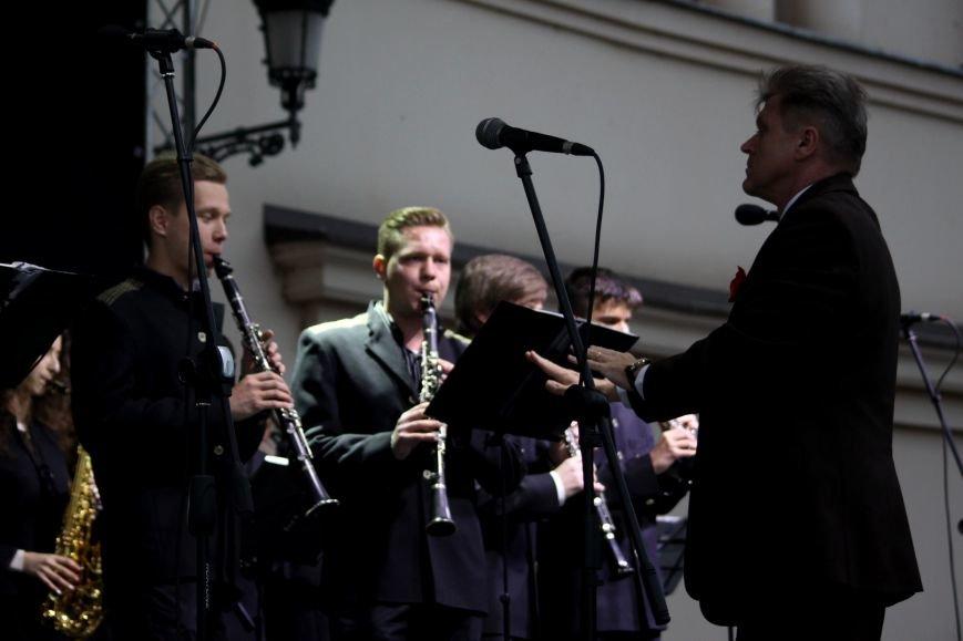 Ужгород пам'ятає: на Театральній площі пройшов меморіальний концерт з нагоди Дня примирення (ФОТОРЕПОРТАЖ), фото-12