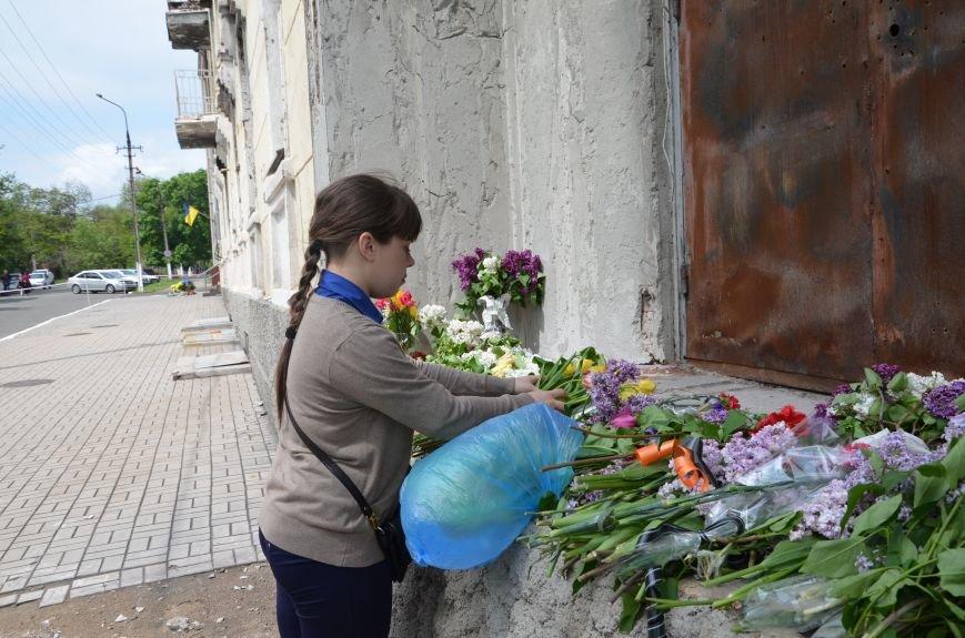 Мариупольцы несли цветы к сгоревшему зданию ГУВД (ФОТО+ВИДЕО), фото-10