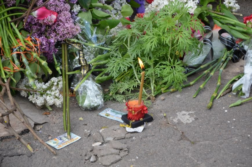 Мариупольцы несли цветы к сгоревшему зданию ГУВД (ФОТО+ВИДЕО), фото-4