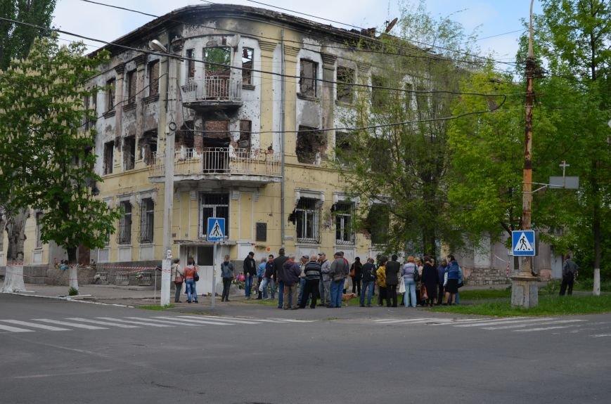 Мариупольцы несли цветы к сгоревшему зданию ГУВД (ФОТО+ВИДЕО), фото-1
