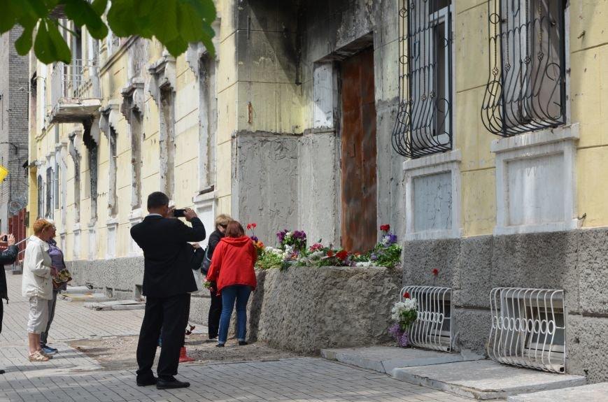 Мариупольцы несли цветы к сгоревшему зданию ГУВД (ФОТО+ВИДЕО), фото-15