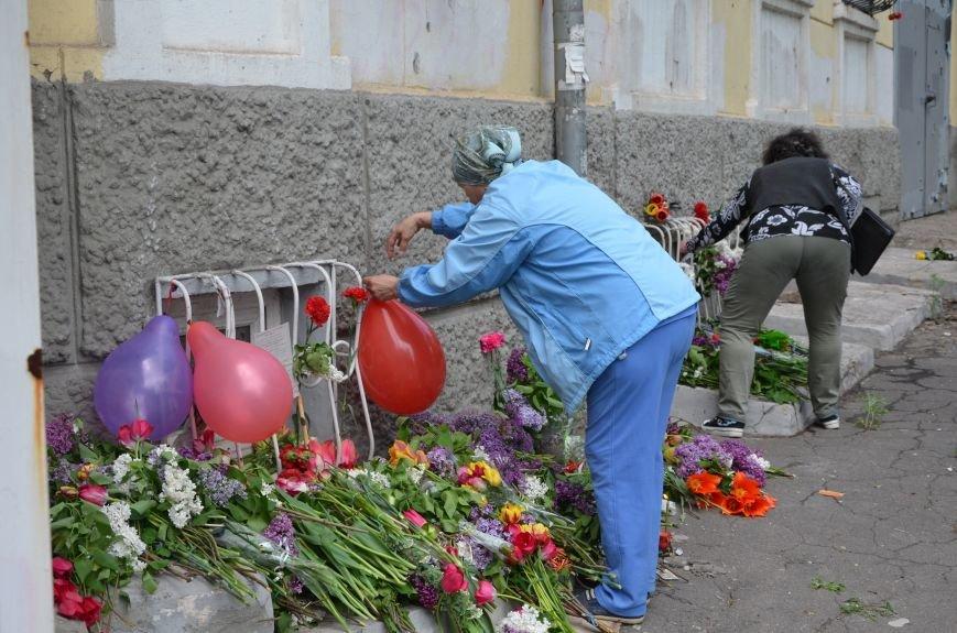 Мариупольцы несли цветы к сгоревшему зданию ГУВД (ФОТО+ВИДЕО), фото-7