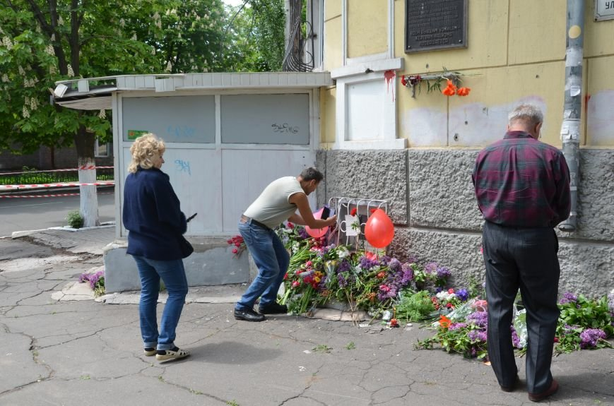 Мариупольцы несли цветы к сгоревшему зданию ГУВД (ФОТО+ВИДЕО), фото-14