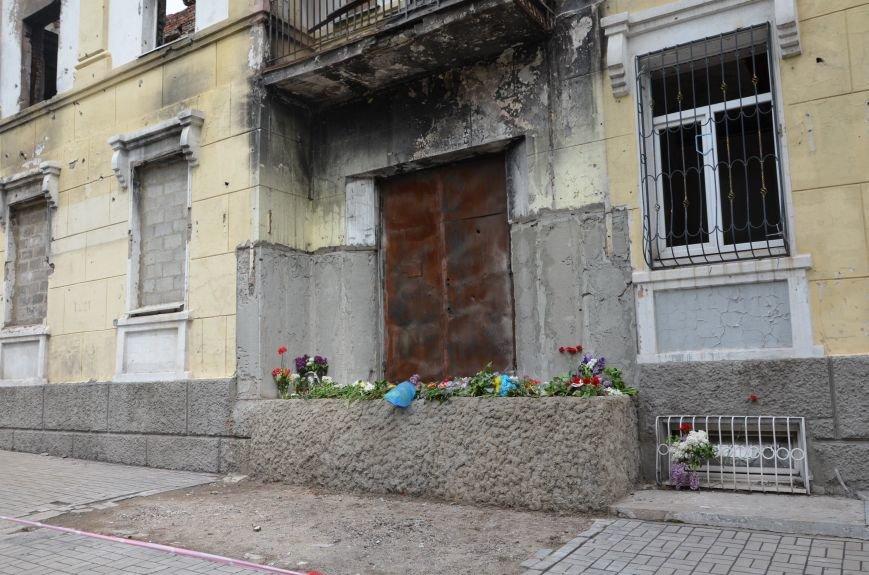 Мариупольцы несли цветы к сгоревшему зданию ГУВД (ФОТО+ВИДЕО), фото-8
