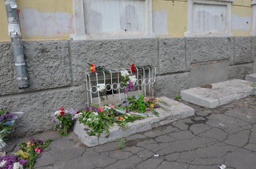 Мариупольцы несли цветы к сгоревшему зданию ГУВД (ФОТО+ВИДЕО), фото-5
