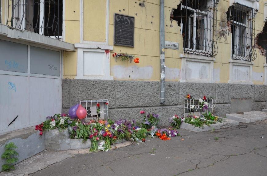 Мариупольцы несли цветы к сгоревшему зданию ГУВД (ФОТО+ВИДЕО), фото-2