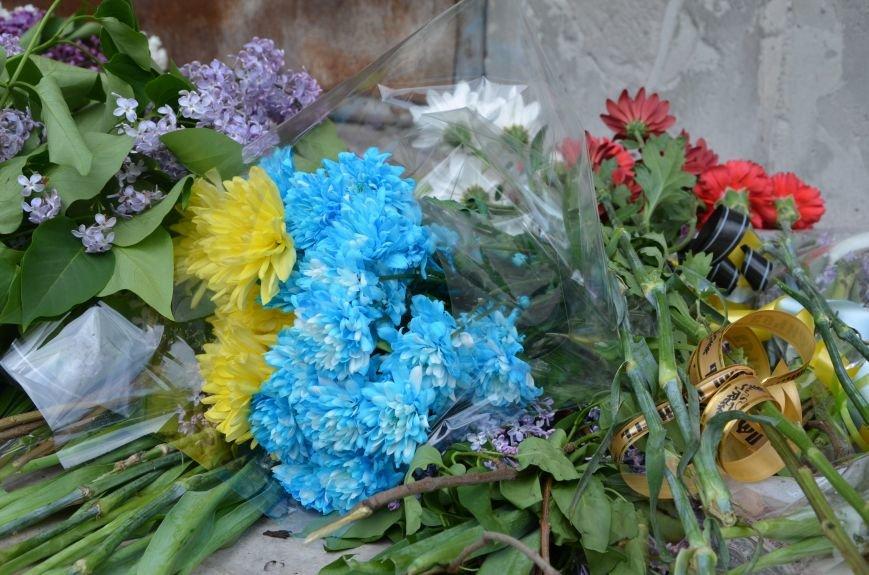 Мариупольцы несли цветы к сгоревшему зданию ГУВД (ФОТО+ВИДЕО), фото-9