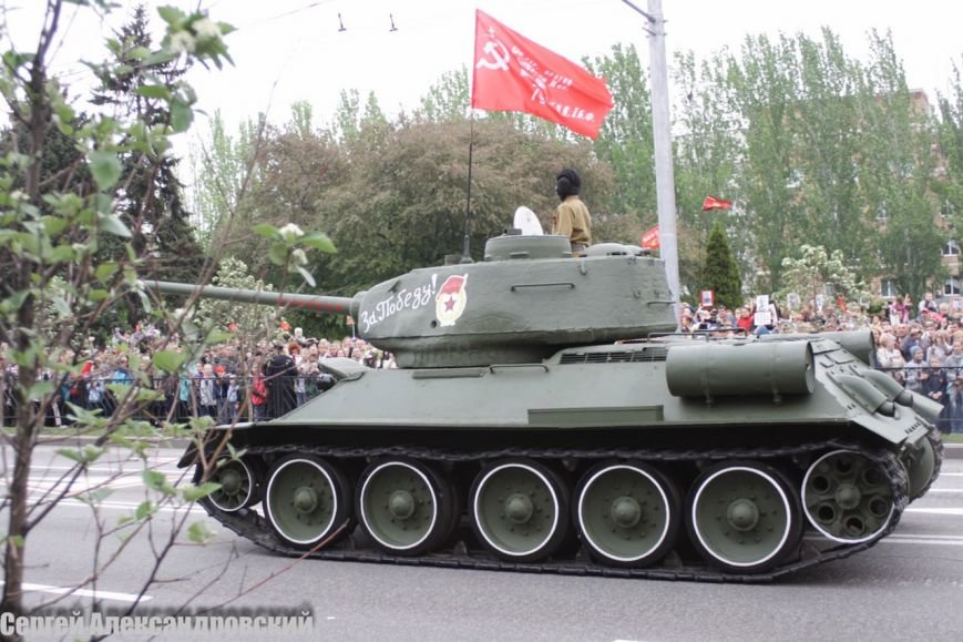 В Донецке боевики «ДНР» провели парад с участием бронетехники (ФОТО), фото-1