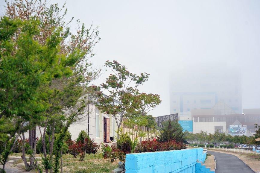 Актау накрыл густой туман в День Победы. Фото, фото-8