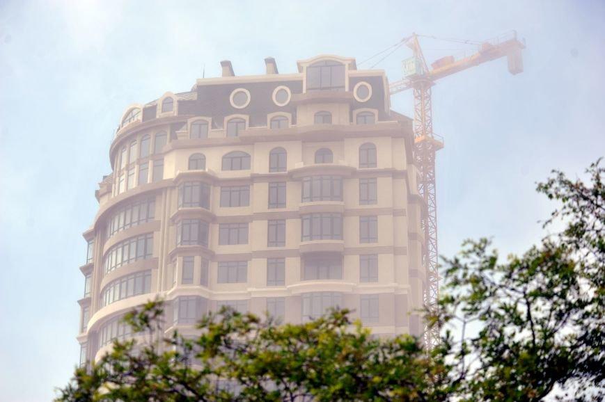 Актау накрыл густой туман в День Победы. Фото, фото-3