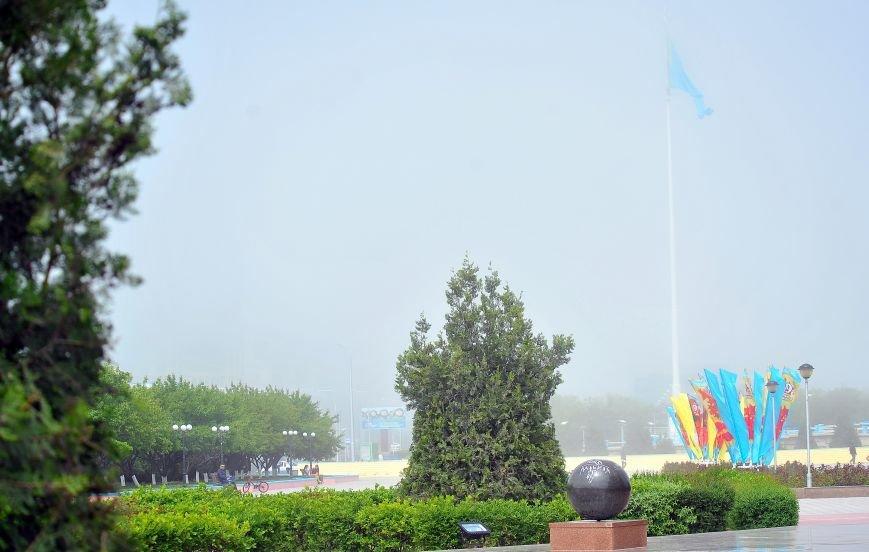 Актау накрыл густой туман в День Победы. Фото, фото-2
