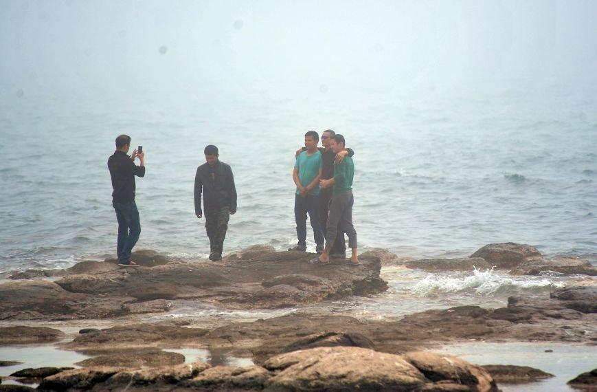 Актау накрыл густой туман в День Победы. Фото, фото-5