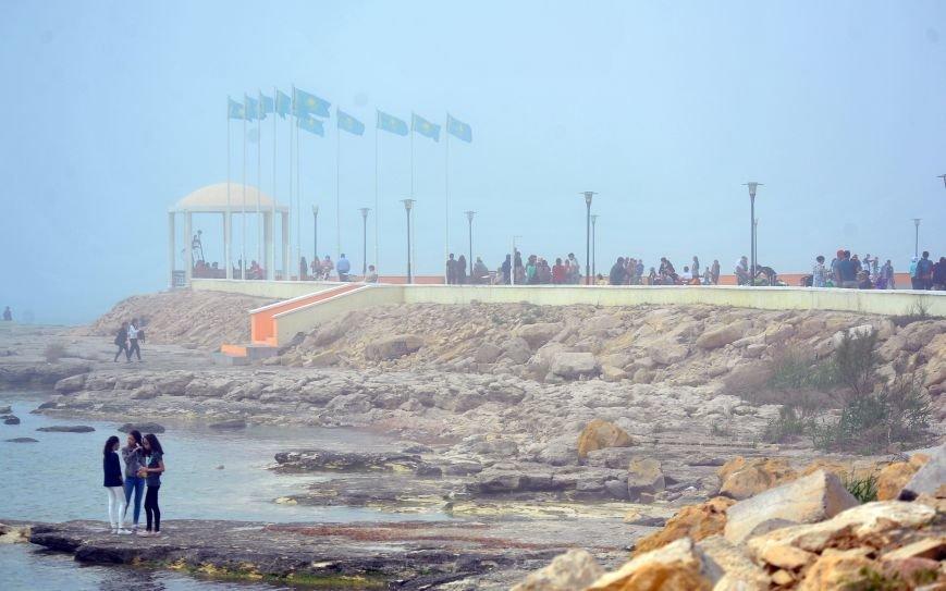 Актау накрыл густой туман в День Победы. Фото, фото-4