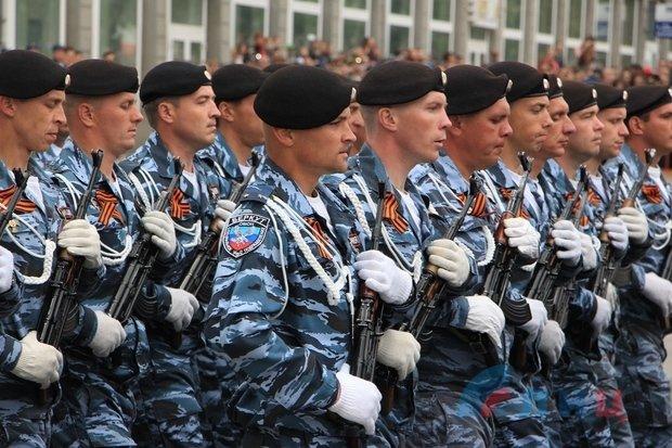 """На военном параде в Луганске показали около 100 единиц военной техники, """"Грады"""" и зенитные ракетные комплексы, фото-8"""