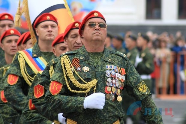 """На военном параде в Луганске показали около 100 единиц военной техники, """"Грады"""" и зенитные ракетные комплексы, фото-1"""