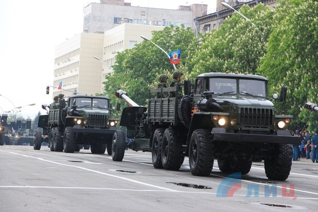 """На военном параде в Луганске показали около 100 единиц военной техники, """"Грады"""" и зенитные ракетные комплексы, фото-5"""