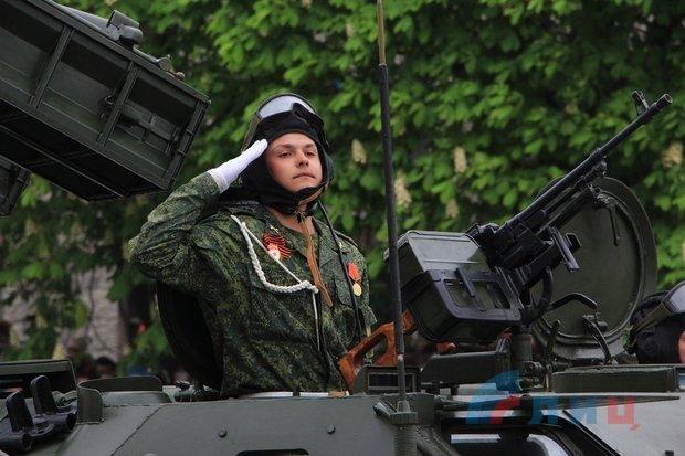 """На военном параде в Луганске показали около 100 единиц военной техники, """"Грады"""" и зенитные ракетные комплексы, фото-2"""