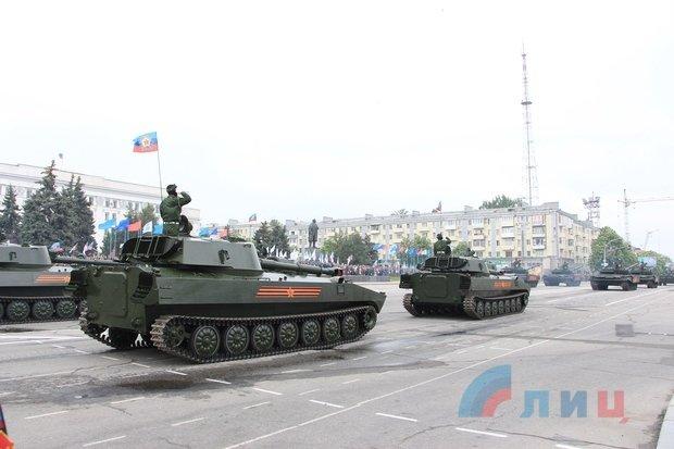 """На военном параде в Луганске показали около 100 единиц военной техники, """"Грады"""" и зенитные ракетные комплексы, фото-6"""