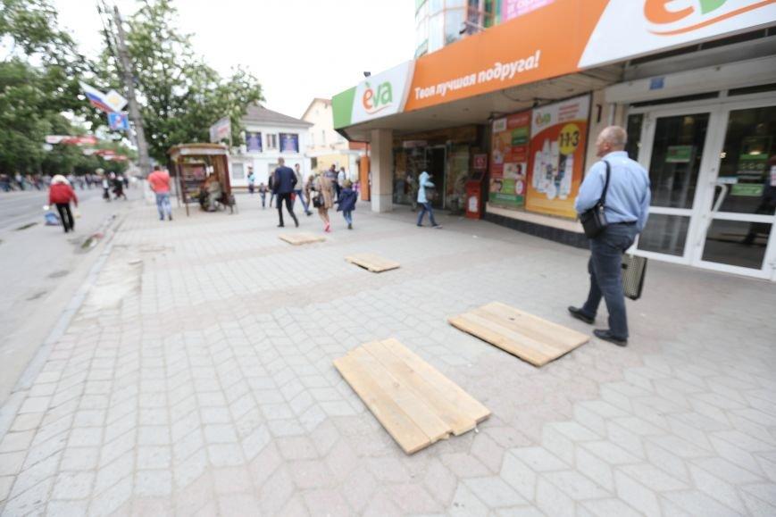 Новые технологии по-симферопольски: на убитую тротуарную плитку вместо новой кладут доски (ФОТОФАКТ), фото-1