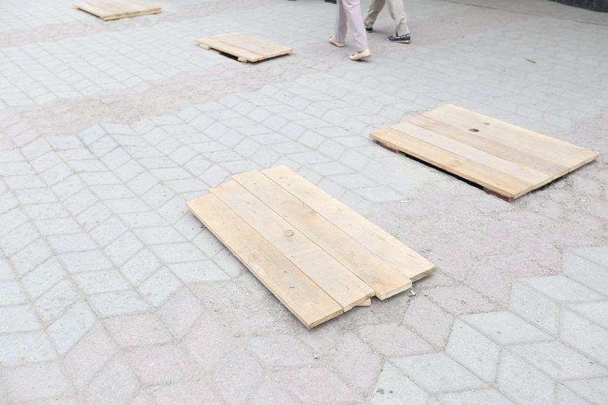 Новые технологии по-симферопольски: на убитую тротуарную плитку вместо новой кладут доски (ФОТОФАКТ), фото-2