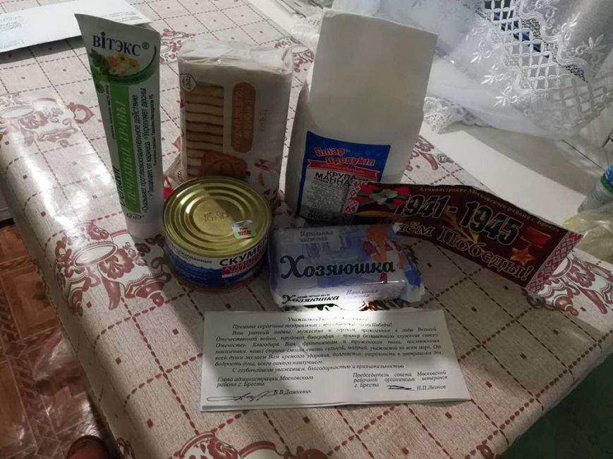 Белорусским ветеранам на 9 мая подарили по банке скумбрии, куску мыла и открытке, фото-1