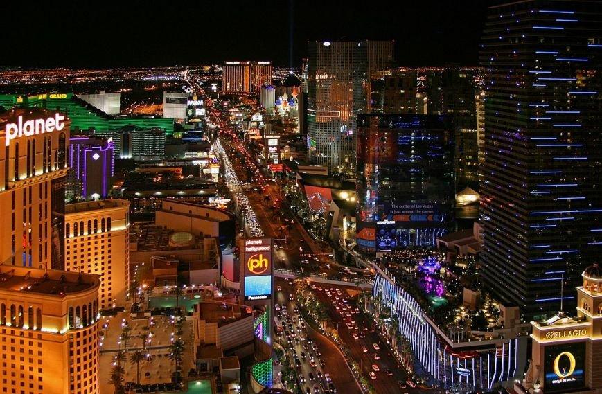 Las_Vegas_Strip_at_night,_2012