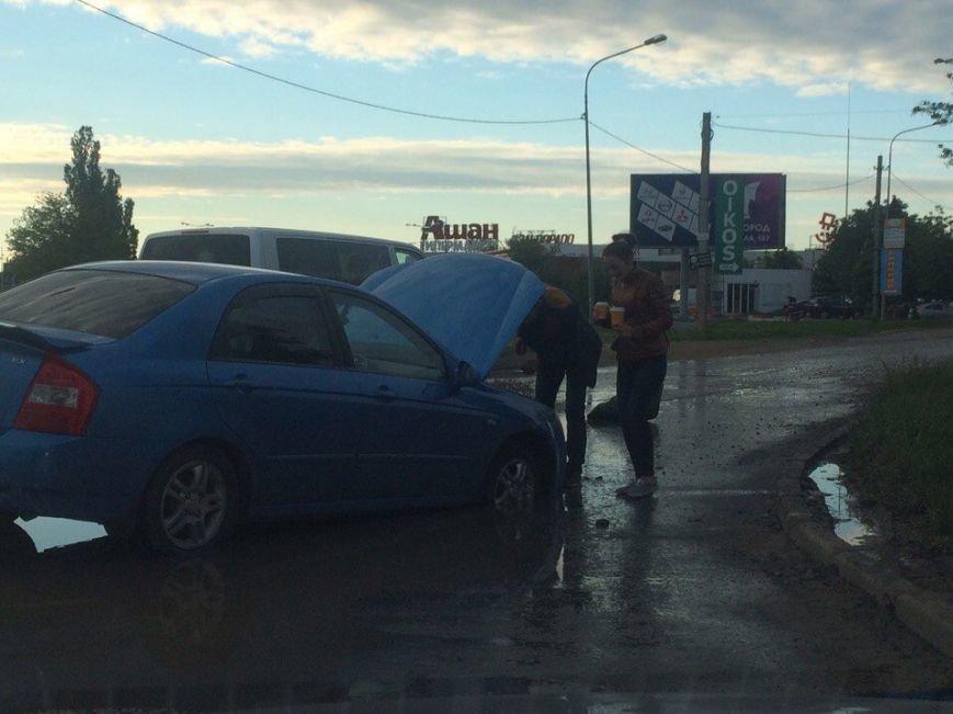 В Симферополе машина утонула в луже на дороге (ФОТОФАКТ), фото-3