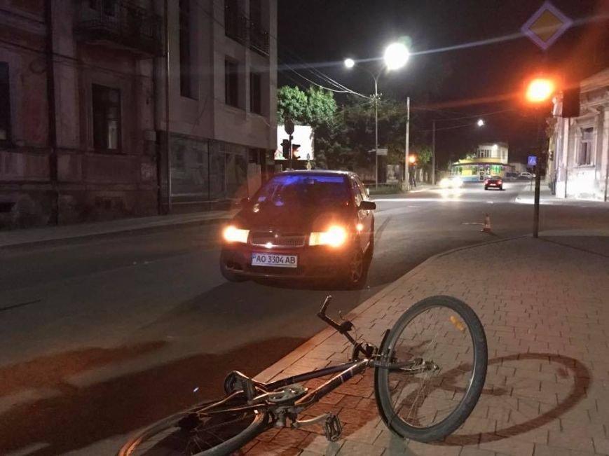 """В Ужгороді на Підгірній на пішохідному переході водій """"Шкоди"""" збив велосипедиста: фото, фото-1"""