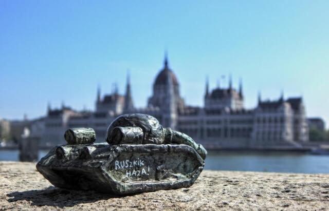 """Поблизу угорського парламенту у Будапешті встановили міні-скульптурку ужгородця, яка """"посилає"""" росіян додому: фото, фото-2"""