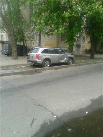 Иномарка влетела в дерево после столкновения с другим авто в Харькове: один пострадавший (ФОТО), фото-2