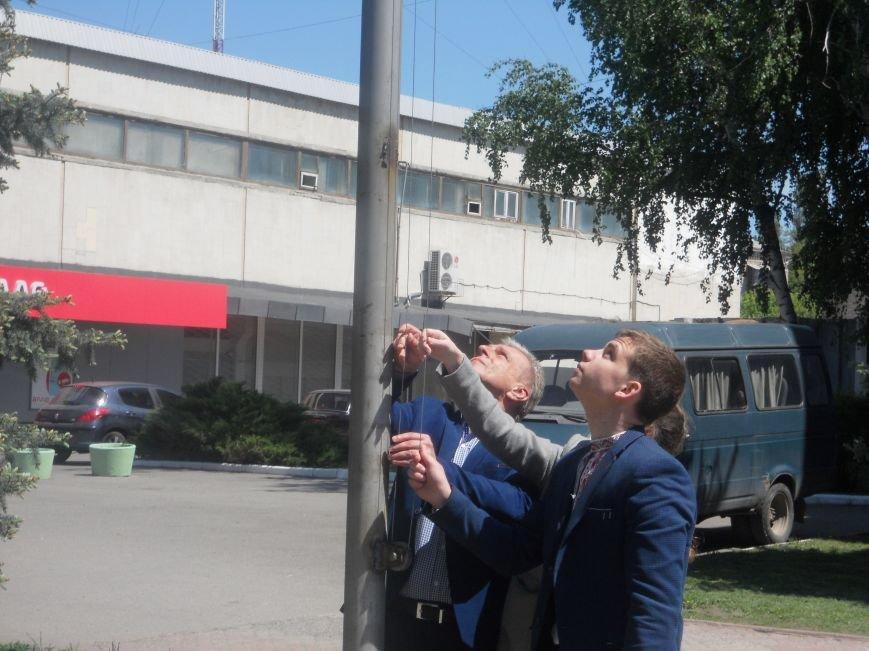Над Новомосковском подняли флаги ЕС и Украины, фото-1