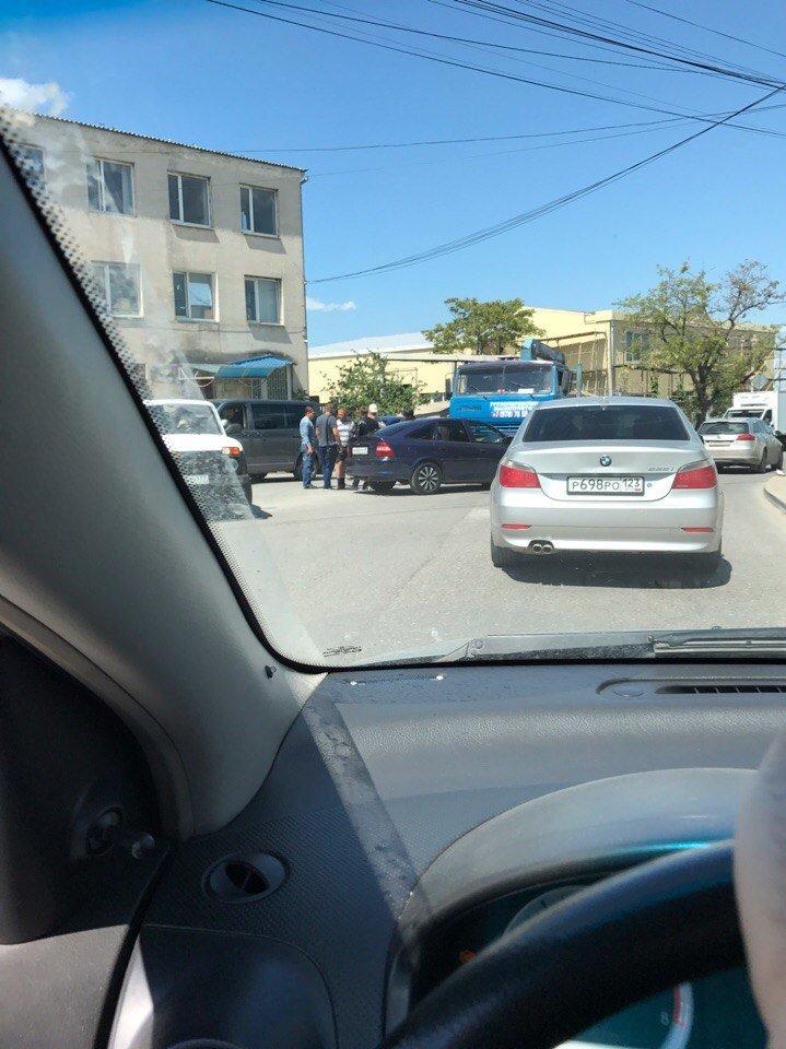 В Симферополе одна легковушка сбила мопед, а вторая врезалась в грузовик (ФОТО, ВИДЕО), фото-1