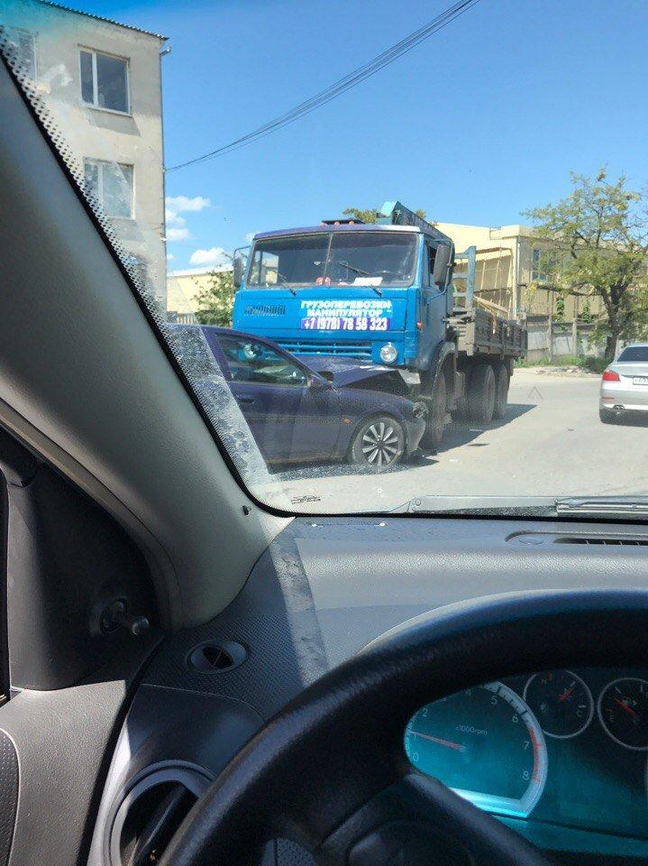 В Симферополе одна легковушка сбила мопед, а вторая врезалась в грузовик (ФОТО, ВИДЕО), фото-2