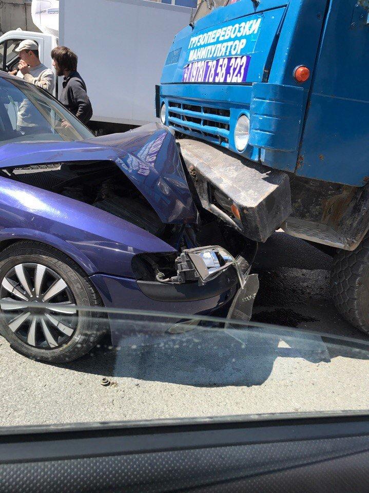 В Симферополе одна легковушка сбила мопед, а вторая врезалась в грузовик (ФОТО, ВИДЕО), фото-3