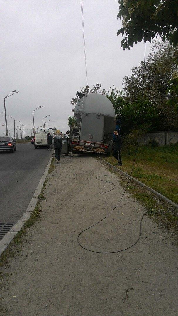 В Днепре водитель автоцистерны въехал в бетонный забор (ФОТО), фото-3