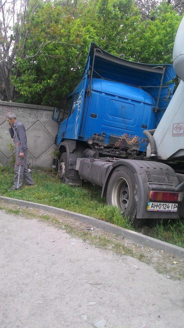В Днепре водитель автоцистерны въехал в бетонный забор (ФОТО), фото-1