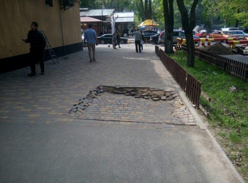 Одесса уходит под землю: Под стенами СБУ в Одессе провалилась дорога (ФОТО), фото-1