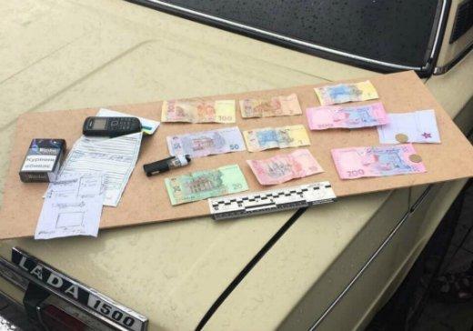 У центрі Мукачева поліція на гарячому затримала двох наркоділків: фото, фото-2