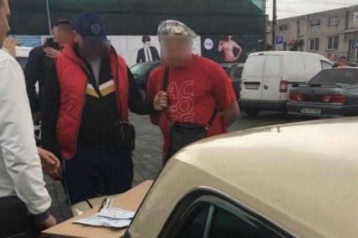 У центрі Мукачева поліція на гарячому затримала двох наркоділків: фото, фото-1