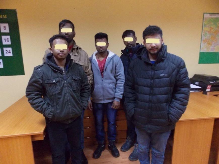 В Ужгороді на Грушевського поліція затримала відразу 8-х нелегалів із мріями про Швейцарію: фото, фото-1