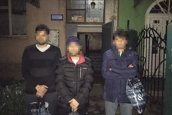 В Ужгороді на Грушевського поліція затримала відразу 8-х нелегалів із мріями про Швейцарію: фото, фото-2
