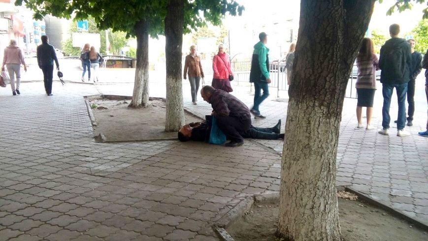 В Мариуполе мужчина едва не умер на глазах у сотни людей (ФОТО), фото-4