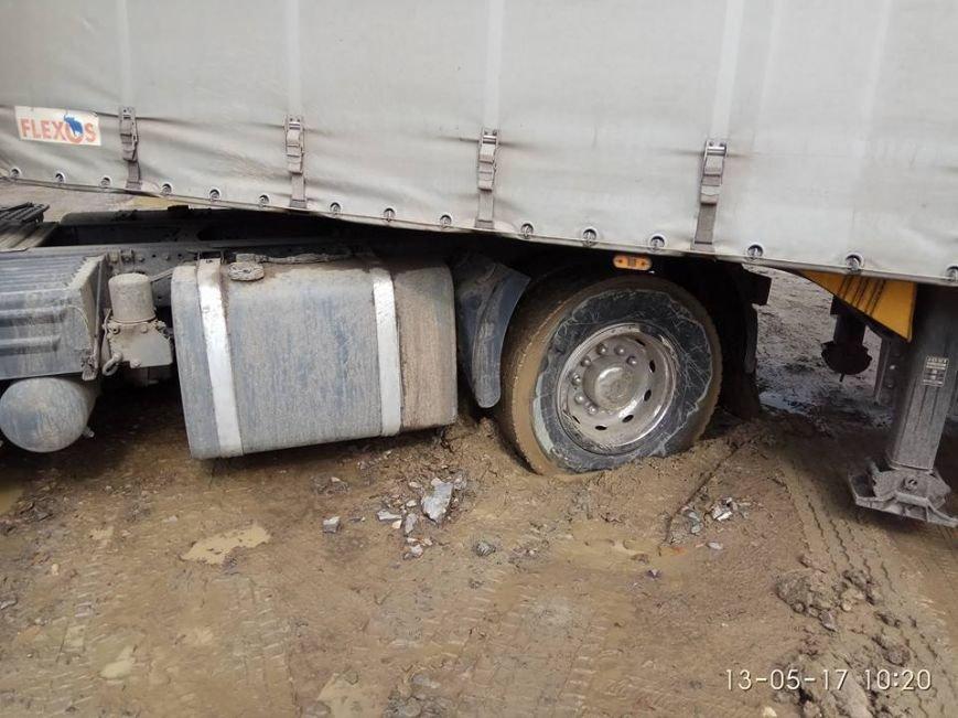 У Хусті посеред дороги у багнюці застряг каміон: фото, фото-2