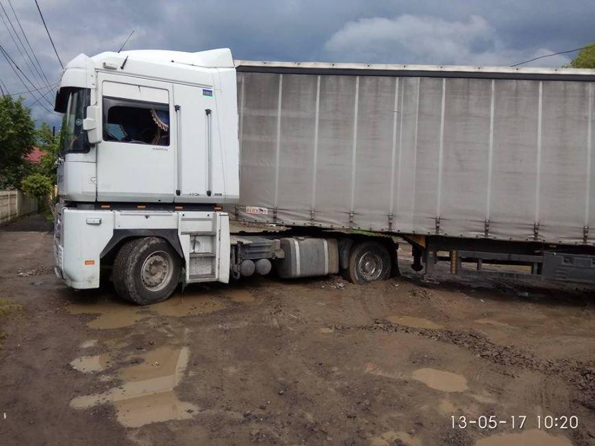 У Хусті посеред дороги у багнюці застряг каміон: фото, фото-1