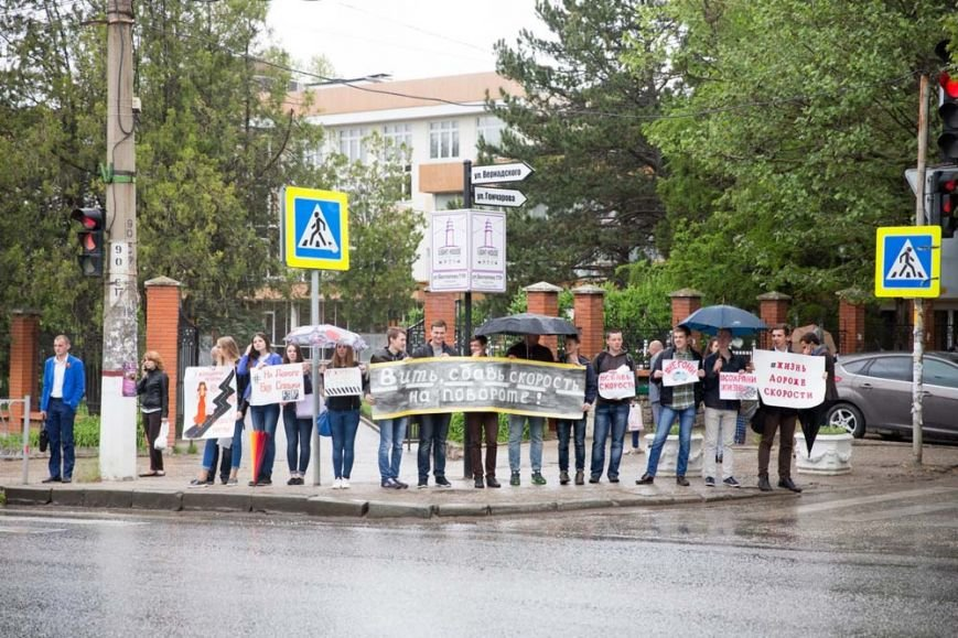 Студенты вышли на дороги Симферополя с плакатами (ФОТО), фото-2
