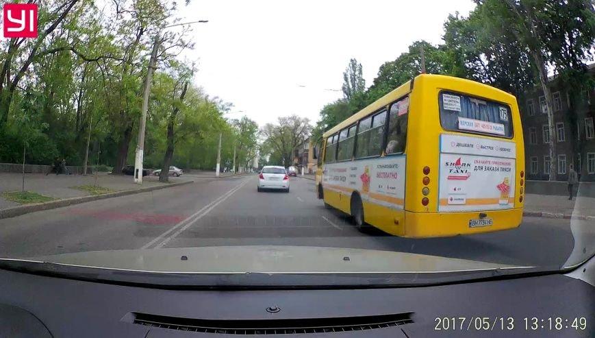 Промчал на красный: в Одессе маршрутчик чуть не устроил грандиозную аварию (ФОТО), фото-1