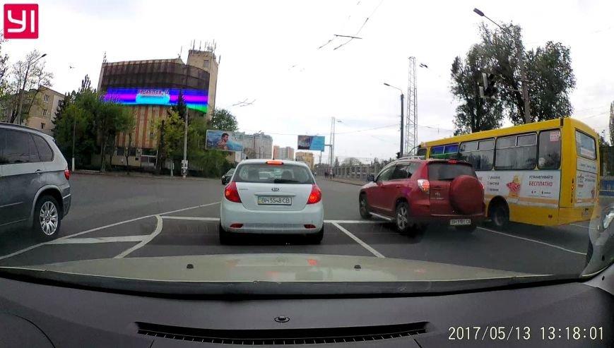 Промчал на красный: в Одессе маршрутчик чуть не устроил грандиозную аварию (ФОТО), фото-2